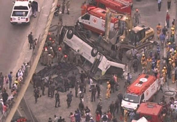 Imagem do acidente com o ônibus da linha 328 na Avenida Brasil Crédito: Agência Brasil/Reprodução