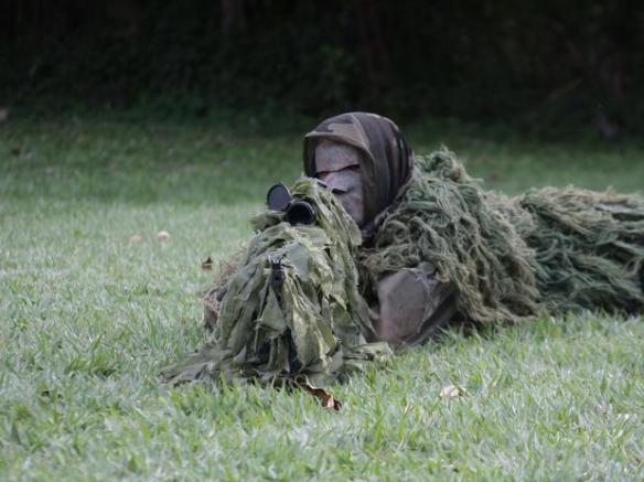 Militar usa camuflagem especial durante treinamento do Comando do 1º Distrito Naval, no Rio de Janeiro Foto: Ale Silva / Futura Press