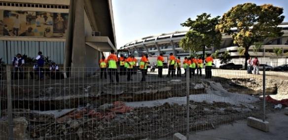 Seguranças da Fifa se reúnem nas imediações do Maracanã, no RJ: curso para grandes eventos atrasou