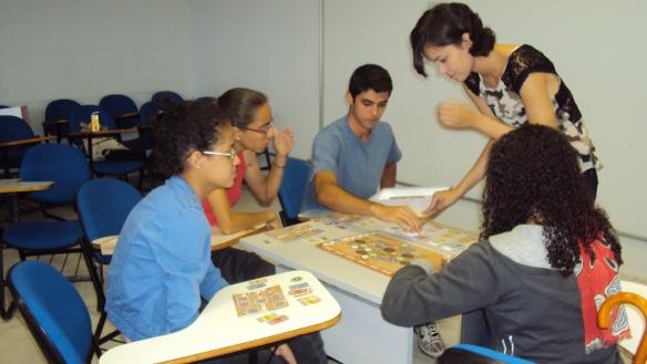 Participantes da oficina jogando